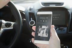 слушая нот Умный телефон соединенный к аудиосистеме автомобиля Стоковая Фотография