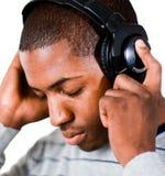 слушая нот человека к Стоковое Фото