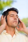слушая парк нот человека к Стоковое фото RF