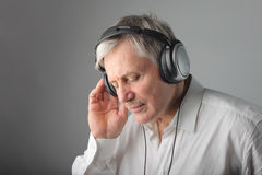 слушая старший нот человека Стоковые Фото