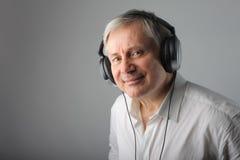 слушая старший нот человека Стоковая Фотография