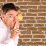слушая стена человека Стоковое Изображение RF