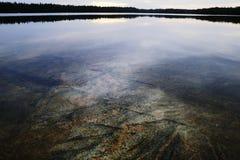 Сляб гранита под поверхностью воды стоковое фото