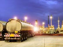 Смажьте тележку контейнера и красивое освещение завода нефтеперерабатывающего предприятия Стоковое Фото