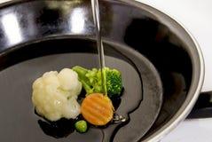 смажьте poring овощи Стоковые Фотографии RF