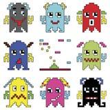 Смайлики робота Pixelated 1 элемент космического корабля стрельбы воодушевили компютерными играми 90's показывая различные эмоции Стоковое Изображение
