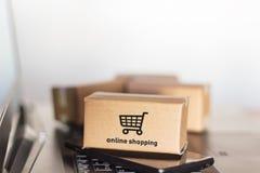 Смартфон и ноутбук коробок Онлайн покупки, концепция электронной коммерции стоковое изображение rf