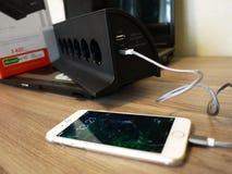 Смартфон поручает, подключен с выходом и приобретать емкость батареи стоковая фотография rf