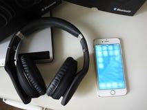 Смартфон поручает, подключен с выходом и приобретать емкость батареи стоковые фотографии rf