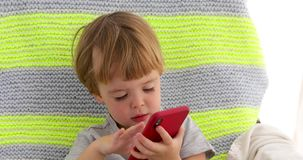 Смартфон удара ребенка акции видеоматериалы