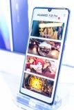 Смартфон Huawei P30 Pro, особенности представления P30 Pro с андроидом на выставочном зале павильона выставки Huawei, стоковые изображения rf