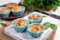 Смачные булочки с сыром и шпинатом фета стоковые фотографии rf