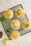 Смачные булочки с сыром и шпинатом фета на коммуникационном проводе на a стоковое изображение rf