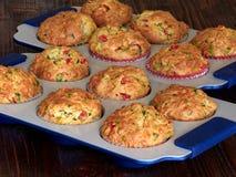 Смачные булочки с чеддером, шпинатом и красными перцами Стоковая Фотография