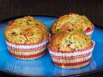 Смачные булочки с чеддером, шпинатом и красными перцами Стоковые Фото