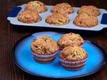 Смачные булочки с чеддером, шпинатом и красными перцами Стоковое Изображение