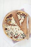 Смачный пирог на деревянной доске стоковая фотография rf