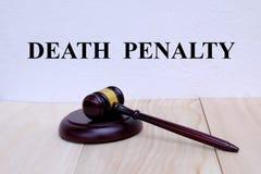 Смертная казнь написанная на стене с молотком на деревянной предпосылке закон принципиальной схемы предпосылки 3d изолированный и стоковое фото