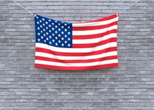 Смертная казнь через повешение американского флага на кирпичной стене стоковое изображение rf