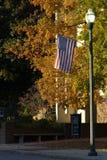 Смертная казнь через повешение американского флага от столба лампы Стоковые Изображения
