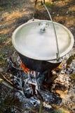 Смертная казнь через повешение бака на треноге над огнем Стоковые Фото