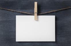 Смертная казнь через повешение бумажной карточки на веревочке Стоковые Изображения