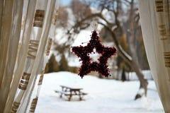 Смертная казнь через повешение венка рождества на окне Стоковые Изображения