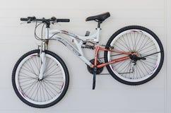 Смертная казнь через повешение велосипеда на белой стене Стоковое Фото