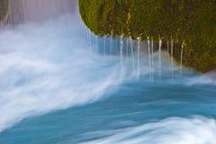 Смертная казнь через повешение водопада на лишайнике покрыла утес Стоковые Фотографии RF