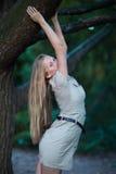 Смертная казнь через повешение девушки на ветви дерева Стоковое Изображение