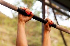 смертная казнь через повешение женщины на поперечине для тяг-поднимает стоковые фото