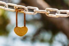 Смертная казнь через повешение замка влюбленности формы сердца ржавая на цепи металла Стоковая Фотография