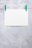 Смертная казнь через повешение листа бумаги на зажимки для белья на веревочке Стоковое Изображение RF