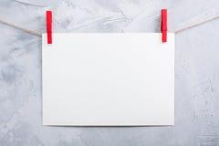 Смертная казнь через повешение листа бумаги на зажимки для белья на веревочке Стоковое Фото