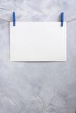 Смертная казнь через повешение листа бумаги на зажимки для белья на веревочке Стоковые Фото