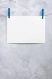 Смертная казнь через повешение листа бумаги на зажимки для белья на веревочке Стоковая Фотография