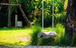 Смертная казнь через повешение качания журнала под деревом в саде Стоковая Фотография