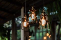 Смертная казнь через повешение красивой электрической лампочки раскаленная добела украсила внутреннее roo стоковая фотография rf