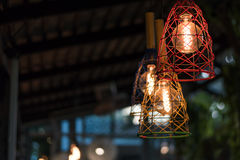 Смертная казнь через повешение красивой электрической лампочки раскаленная добела украсила внутреннее roo Стоковые Фото