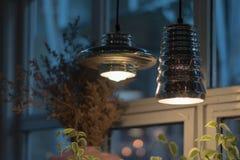 Смертная казнь через повешение красивой электрической лампочки раскаленная добела украсила внутреннее roo Стоковое Изображение RF