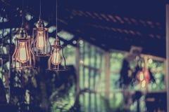 Смертная казнь через повешение красивой электрической лампочки раскаленная добела украсила внутреннее roo Стоковые Фотографии RF