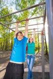 Смертная казнь через повешение мальчика и девушки на brachiating баре Стоковые Фото