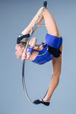 Смертная казнь через повешение молодой женщины в воздушном кольце на голубой предпосылке Стоковое Изображение RF
