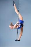 Смертная казнь через повешение молодой женщины в воздушном кольце на голубой предпосылке Стоковая Фотография