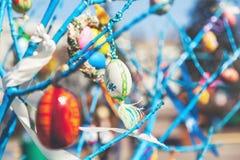 Смертная казнь через повешение пасхального яйца на ветви дерева Стоковая Фотография RF