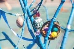 Смертная казнь через повешение пасхального яйца на ветви дерева Стоковое Изображение