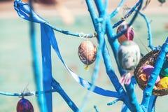 Смертная казнь через повешение пасхального яйца на ветви дерева Стоковое фото RF