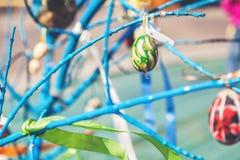 Смертная казнь через повешение пасхального яйца на ветви дерева Стоковое Фото