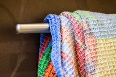 Смертная казнь через повешение полотенца кухни на ручке Стоковое фото RF