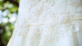 Смертная казнь через повешение платья свадьбы на ветви дерева сток-видео